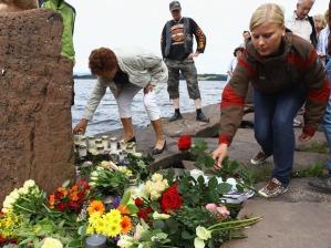 People puts flowers in memory of the victims of Breivik