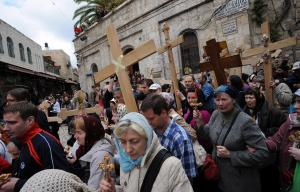 christian-pilgrims-carry-crosses-on-via-dolorosa-on-good-friday-jerusalems-old-city_15