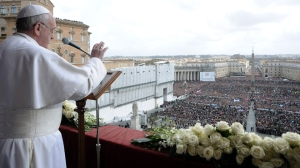 Pope Francis greets the crowd of pilgrims for Easter/L'OSSERVATORE ROMANO